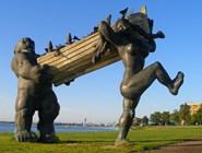 Скульптура Тауно Кангро, изображающая Тылля и Пирет - достопримечательность города