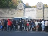 Социальная служба раздает бесплатную похлебку у входа на кладбище Пер-Лашез