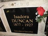 Вокруг доски с именем Айседоры Дункан – слова благодарности от поклонников ее таланта