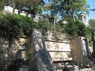 Кладбище расположено на холмистой местности