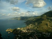 Вид со скалы La Rocca вдоль побережья на восток