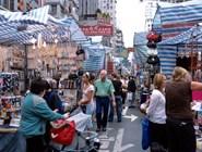 Торговые развалы на улицах Гонконга