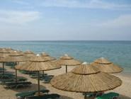 Зонтики и лежаки - почти на каждой пляже