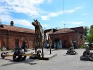 Скульптуры из мусора возле музея истории города
