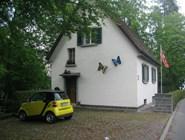 Маленький домик и маленькая машинка