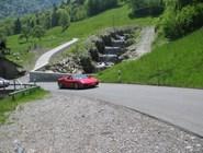 Ferrari взберается по серпантину