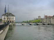 В центре Цюриха на берегу реки