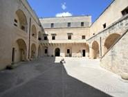 Двор замка Отранто