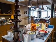 Шоколадный фонтан на шведском завтраке в отеле