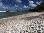 Крупногалечный пляж в Батшебе, Барбадос