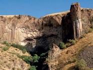 Пещера в стене