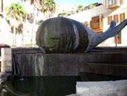 Скульптура кита