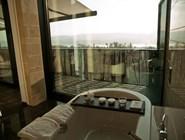 Вид из ванной на озеро