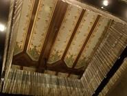 Оригинальный потолок и современная люстра