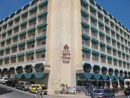 Вид на отель с набережной