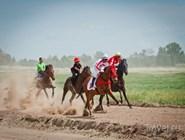 Скачки на празднике Тун Пайрам