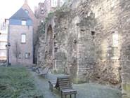 У старой крепостной стены