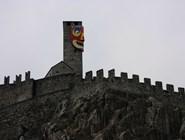 На башню замка Кастельгранде надели маску
