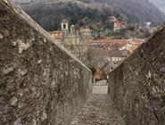 Спуск от замка Кастельгранде
