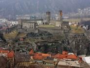Вид на Кастельгранде со смотровой стены замка Монтебелло
