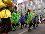 Участники парада повторяют танец