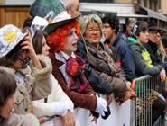 Костюмы зрителей не менее впечатляющие, чем костюмы участников шествия