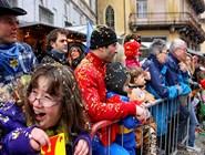 Парад начался - первая порция конфетти сброшена на зрителей