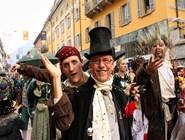 В процессии соседствуют неожиданные персонажи