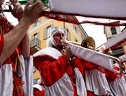 Все участники парада играют на музыкальных инструментах или танцуют