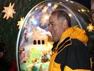 """Господин Адольф Оги наблюдает гигантский """"снежный шарик"""""""