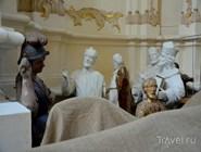 Памятники, сваленные в углу