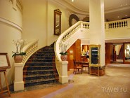 Лобби отеля с мраморной лестницей