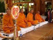Буддийские монахи в отеле Santhiya Resort and Spa Koh Phangan
