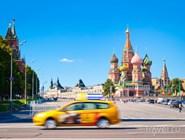 Автомобиль такси на фоне Красной площади