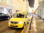 Желтый автомобиль московского такси