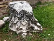 Фрагмент колонны в руинах римских терм