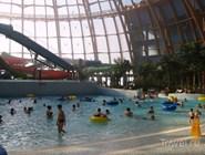 Через купол аквапарка проходит естественный свет