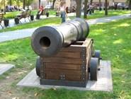 Пушка в Петровском сквере