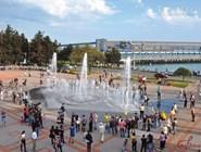 Вид на площадь Октябрьской революции и поющий фонтан
