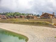 Дома на берегу реки в Красной Поляне