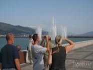 Туристы фотографируют плавучий фонтан Новороссийска