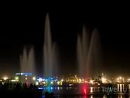 Плавающий фонтан ночью