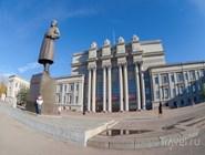Памятник Куйбышеву и театр оперы и балета