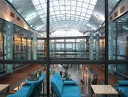 Городская библиотека Эспо на втором этаже торгового центра Iso Omena