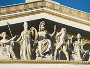 Фигуры богов на здании Академии наук