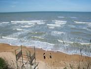 Пляж в центре поселка: сезон еще не начался, поэтому нет ни людей, ин боагоустройства
