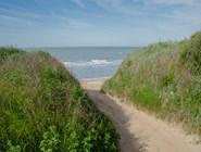 Вход на дикий пляж на восточной окраине поселка