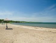 На пляже есть зонтика, а лежаки устанавливают только в сезон