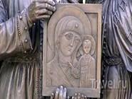 Икона на памятнике Петру и Февронии Муромским