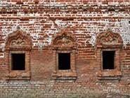 Кирпичная кладка и окна на территории Горицкого монастыря